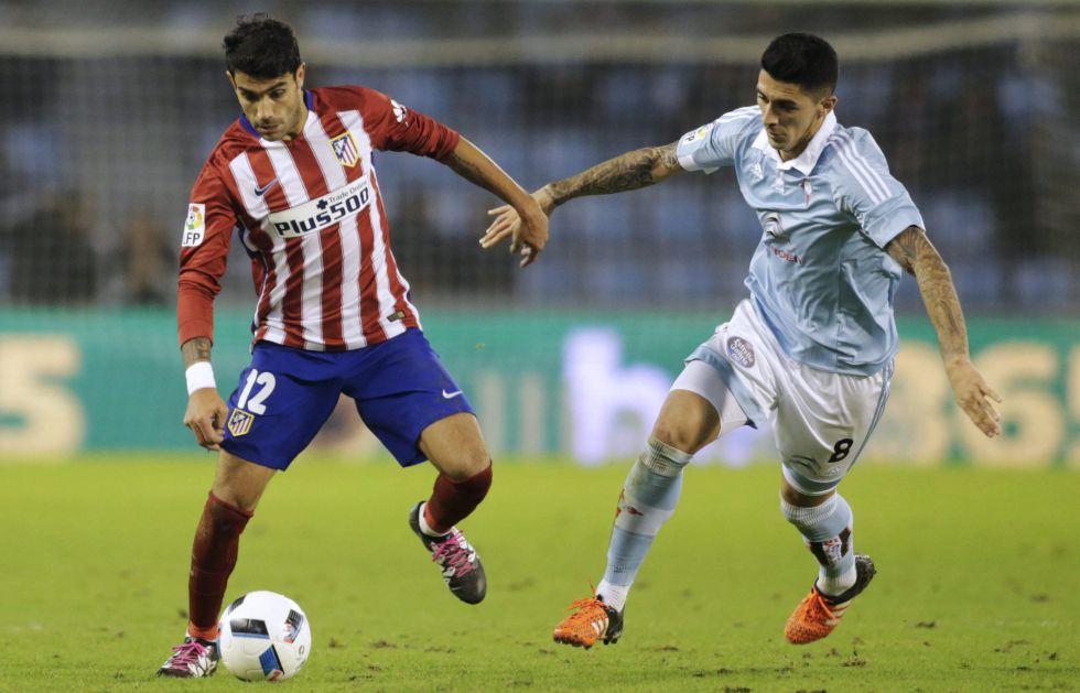 Augusto Fernández controla el balón ante Pedro Hernández.