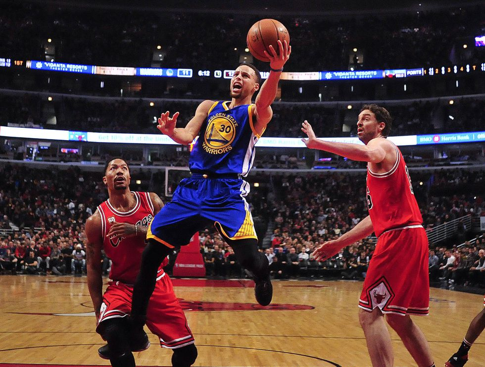 Curry, entre Rose y Pau Gasol.