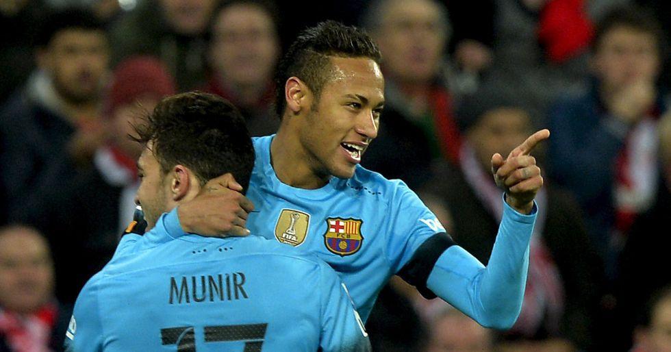 Munir abraza a Neymar tras su gol en San Mamés.
