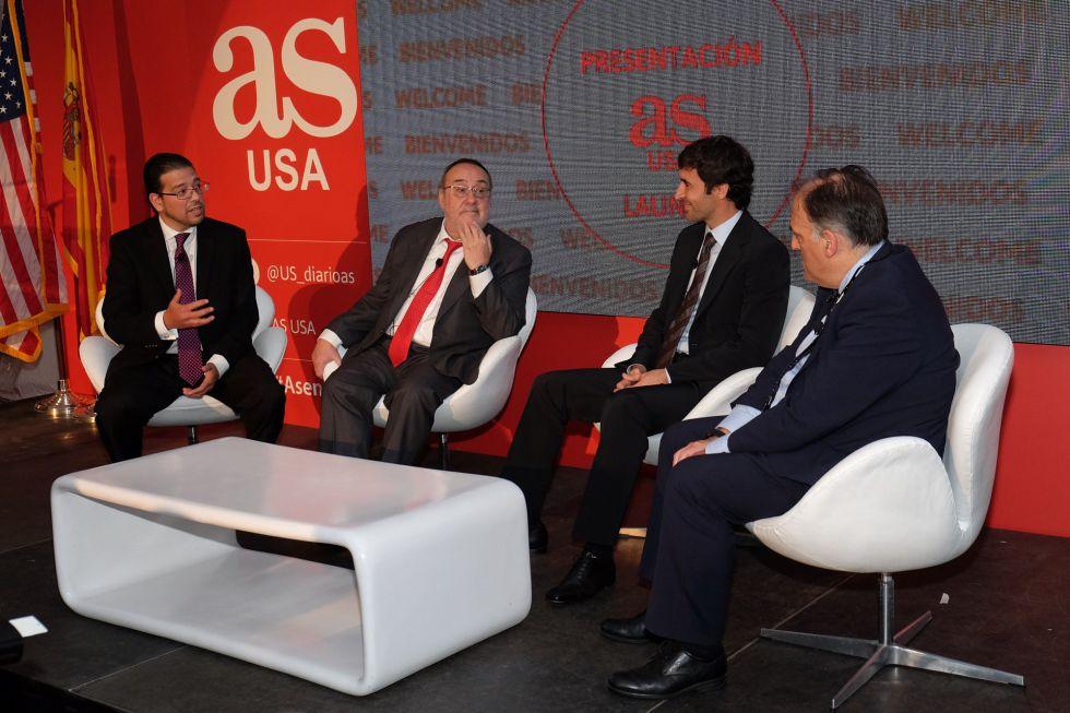 Alejandro Gonzalez (i), editor de AS USA; Alfredo Relano, editor ejecutivo del Diario Deportivo AS; Raúl González Blanco, exjugador del Real Madrid y Javier Tebas, presidente de La Liga, este jueves en Miami.