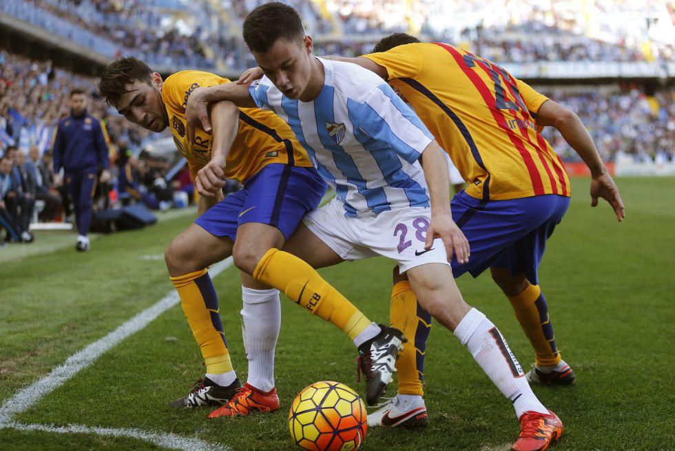 Juanpi disputa el balón con Munir y Adriano.