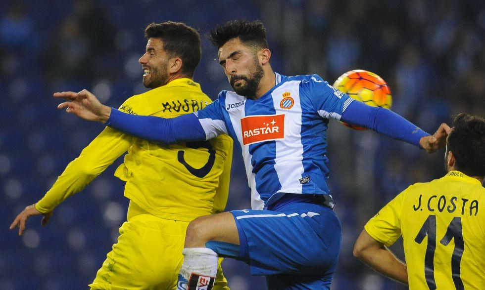 Musacchio disputa con Álvaro un balón aéreo.
