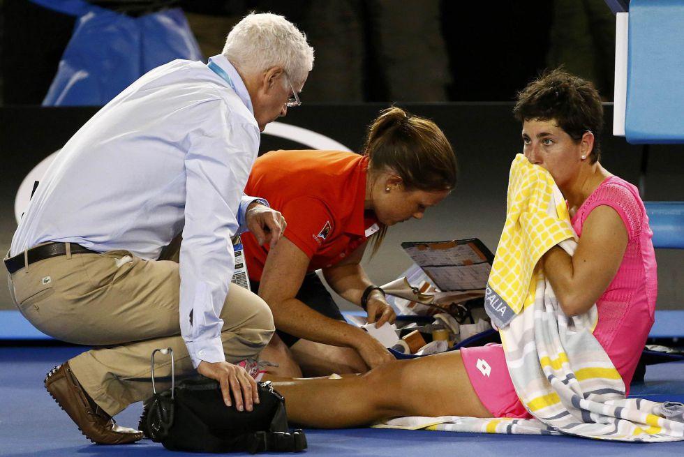 Carla Suárez es atendida por los médicos durante el partido.