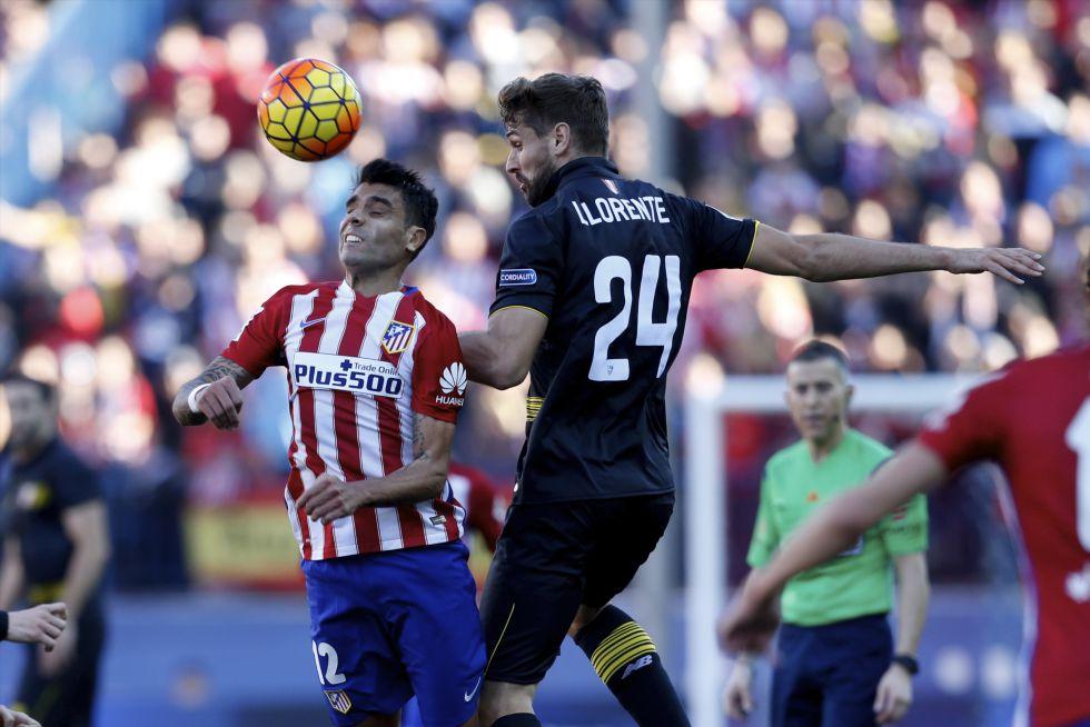 Augusto Fernández intenta llevarse un balón por alto ante Llorente.