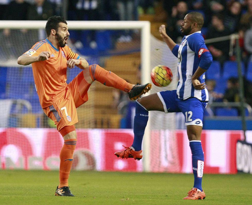 Álvaro Negredo (i) y el defensa del Deportivo Sidnei disputan un balón.