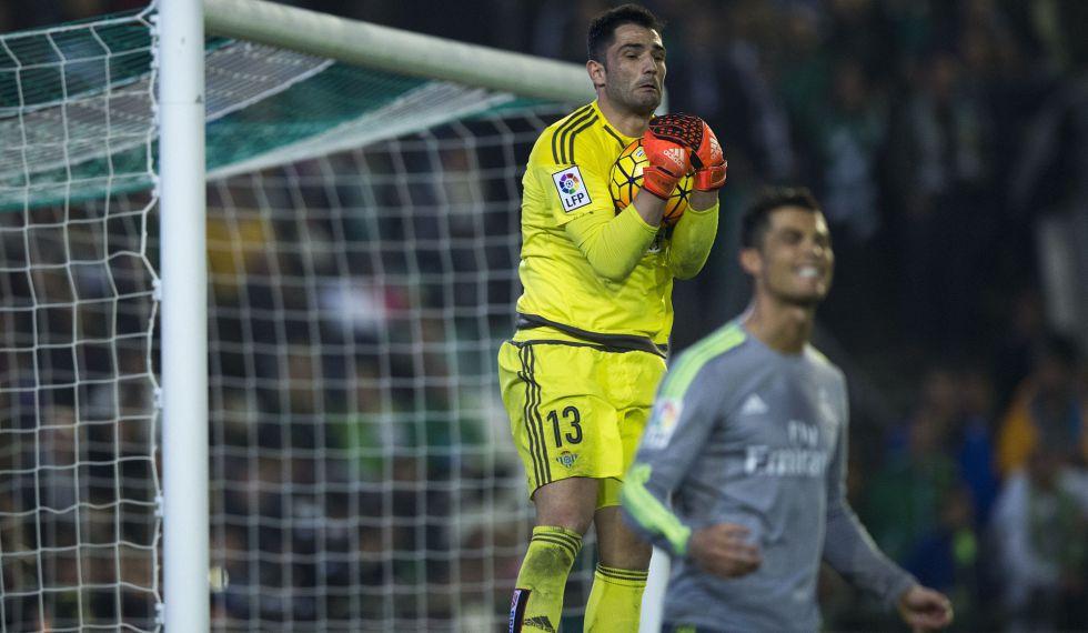 Adán atrapa un balón ante Cristiano.