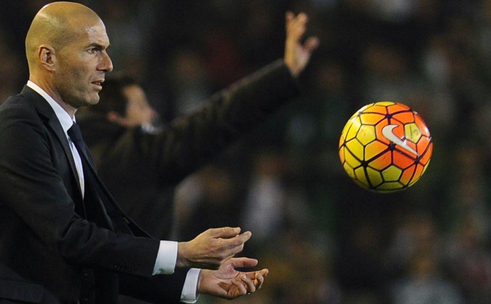 Zidane, en la banda del Villamarín.