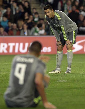 Cristiano Ronaldo y Benzema en el campo del Betis