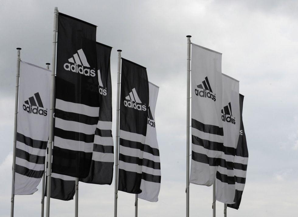 Las banderolas de Adidas frente a la sede de la empresa en Herzogenaurach (Alemania).