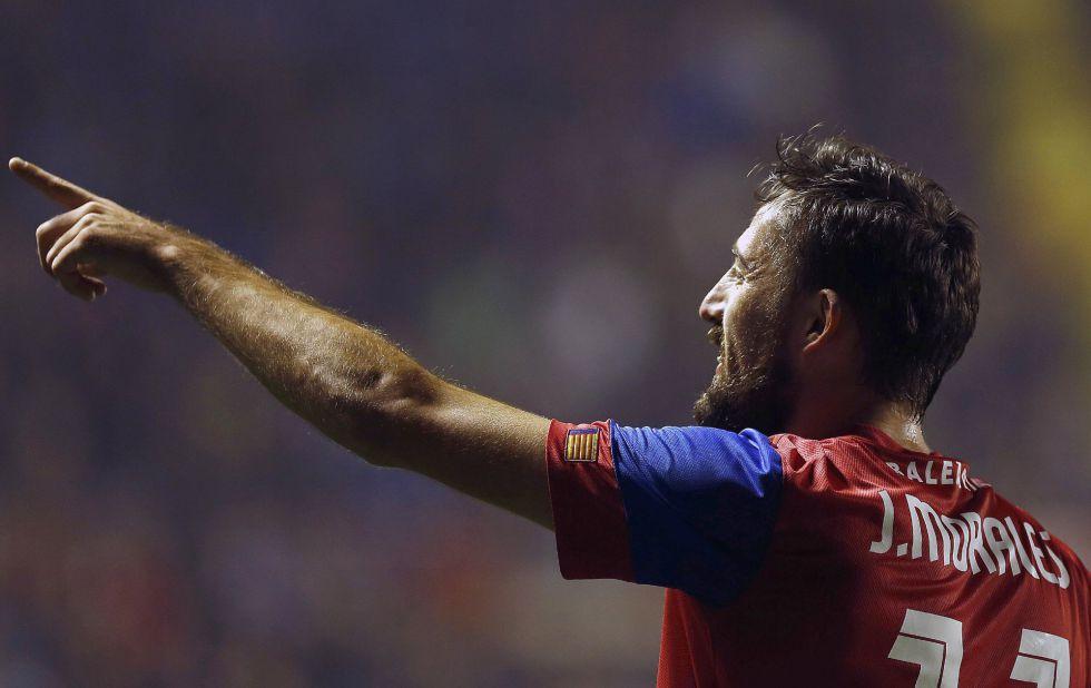 Morales celebra su primer gol.