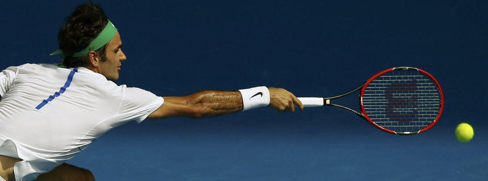 Federer intenta devolver la pelota ante Berdych.