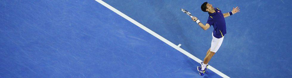 Djokovic sirve durante el partido contra Nishikori.