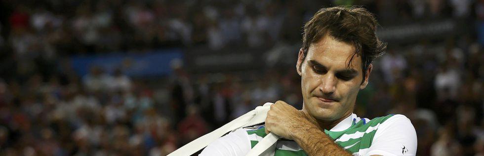 Federer abandona la pista tras caer ante Djokovic.