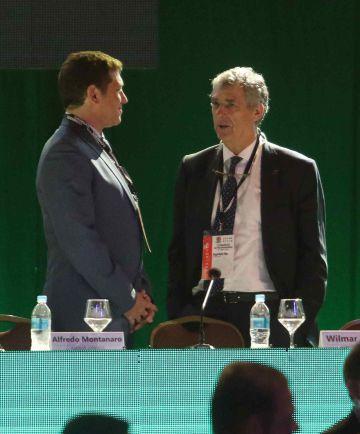 Villar conversa con Alejandro Domínguez.