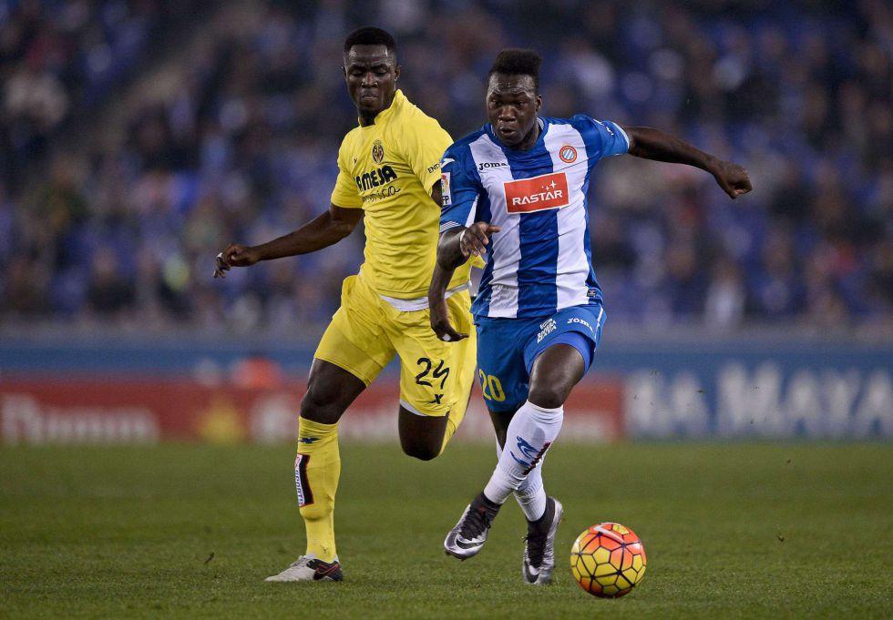 Caicedo se lleva el balón ante Bailly en el partido de Liga ante el Villarreal.