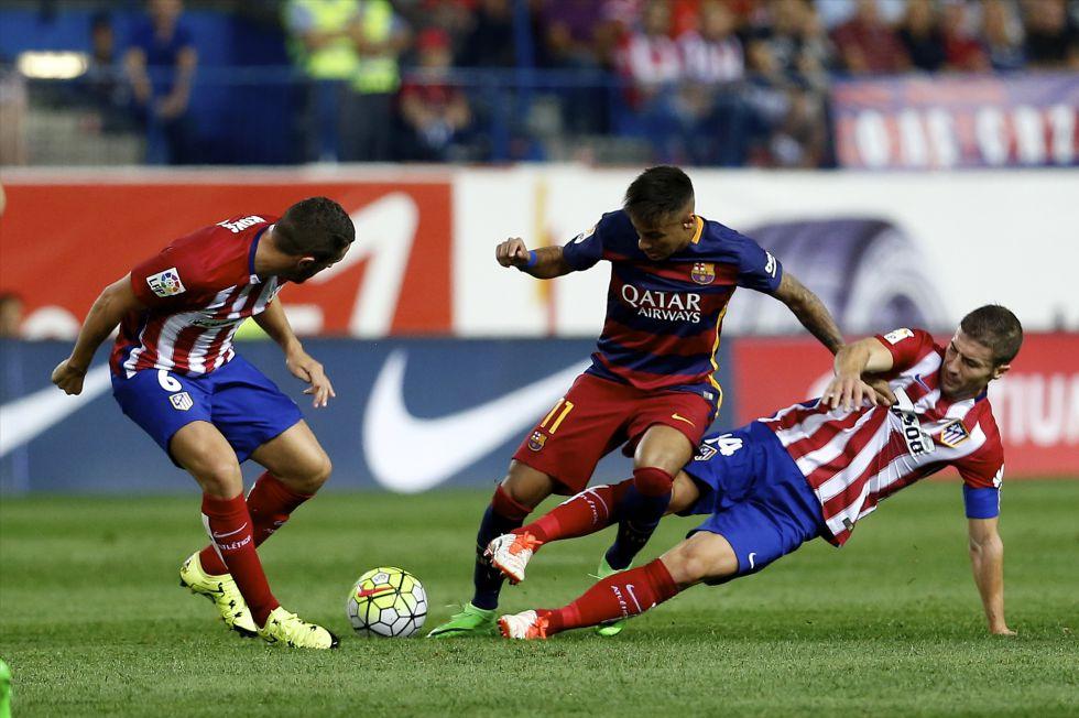 Neymar intenta controlar el balón entre dos jugadores del Atlético, Koke y Gabi.