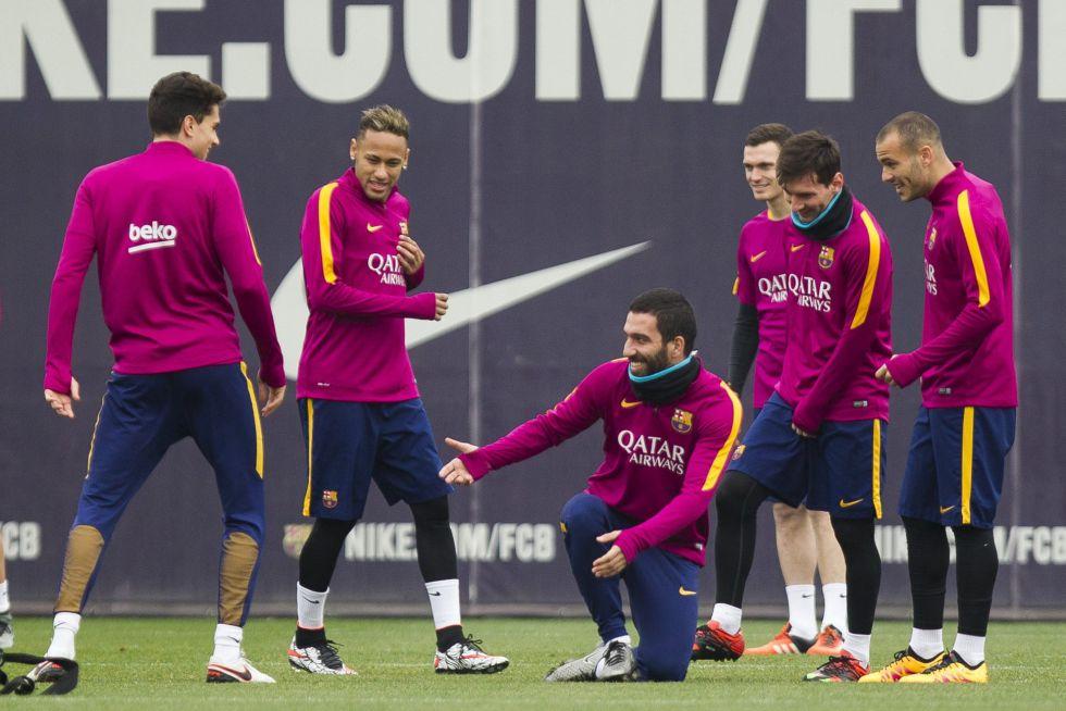 Arda Turan bromea con sus compañeros en el entrenamiento.