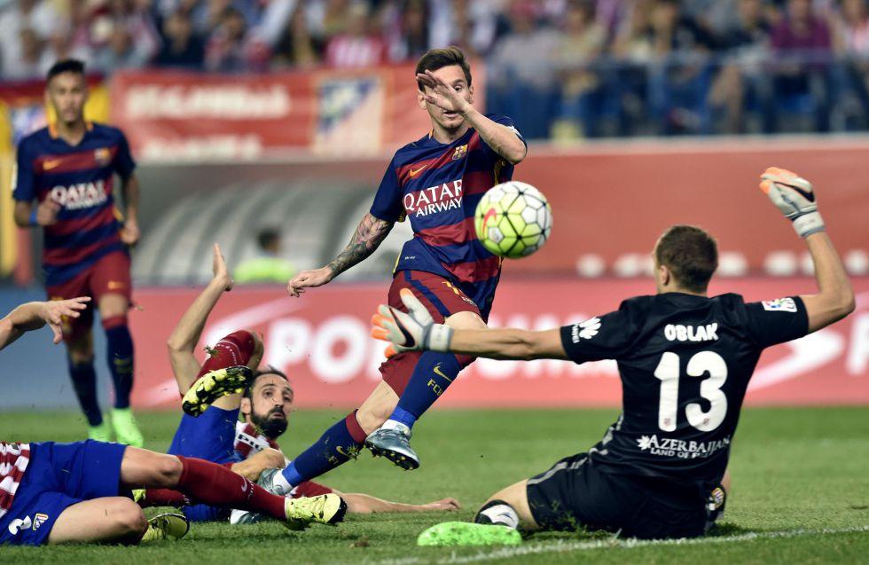 Messi lanza a puerta ante Oblak
