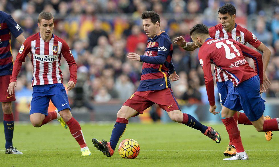 Messi dispara entre Griezmann y Carrasco.