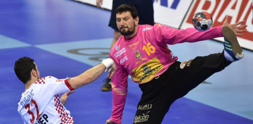 Sterbik detiene un lanzamiento del croata Sliskovic.