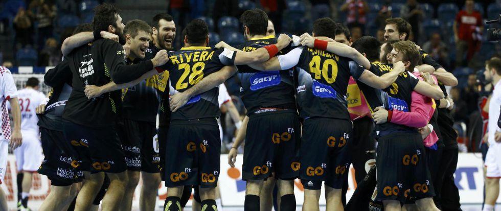 Los jugadores de España celebran el triunfo contra Croacia.