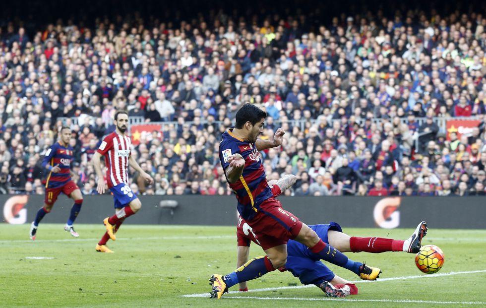 Suárez golpea el balón para marcar ante el Atlético.