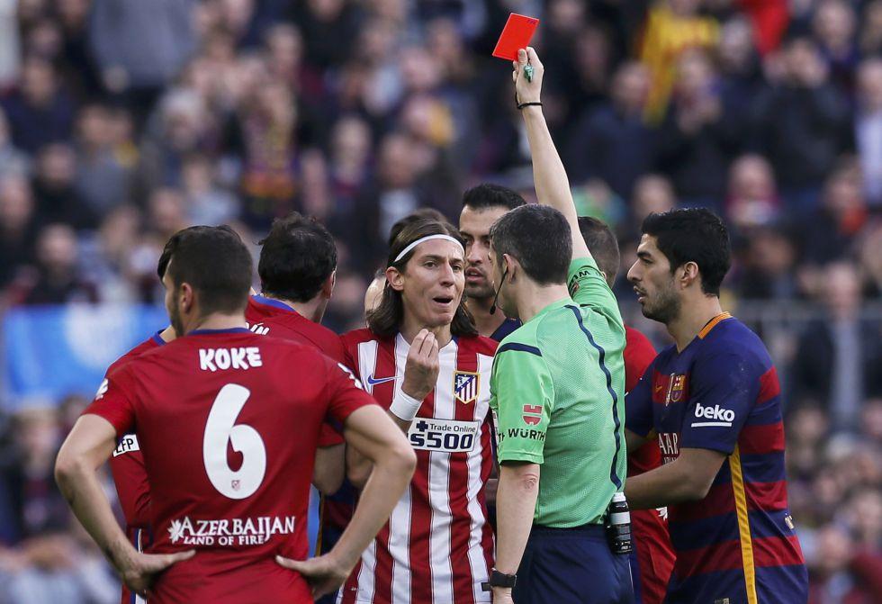 Momento en que el árbitro expulsa a Filipe.