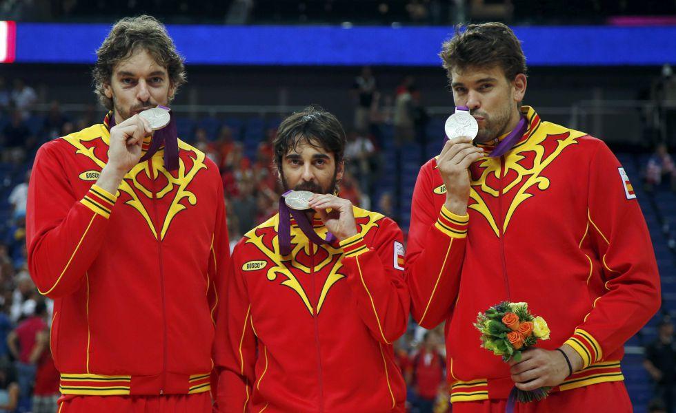 Pau Gasol, Juan Carlos Navarro y Marc Gasol, en el podio de Londres 2012 con la medalla de plata de la selección de baloncesto.