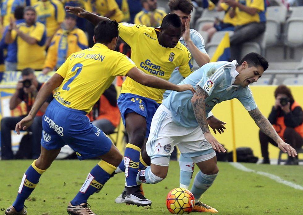 Cabral cae ante Wakaso y David Simón.