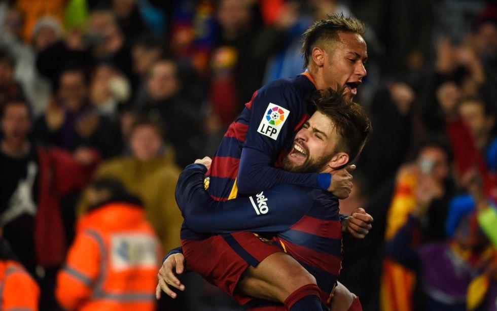 Neymar y Piqué celebran un gol esta temporada.