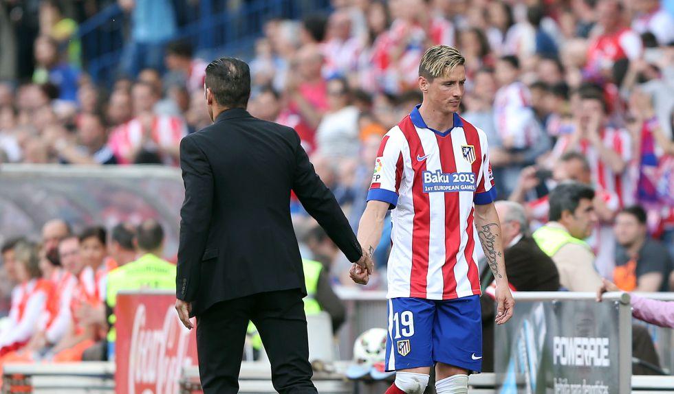 Simeone saluda a Torres en un partido del Atlético.