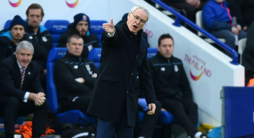 Ranieri da instrucciones durante un partido ante el Stoke.