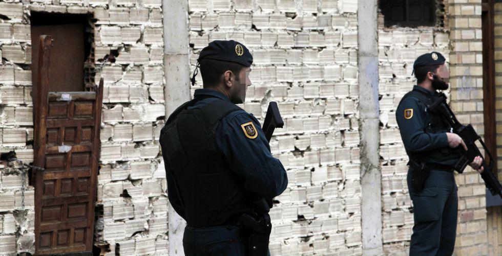 Dos policías custodian el local registrado.