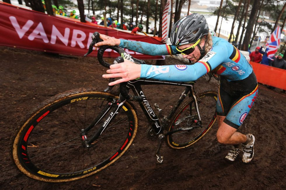 La ciclista belga Femke Van Den Driessche, el sábado, durante el Mundial en el que se descubrió un motor en su bici.