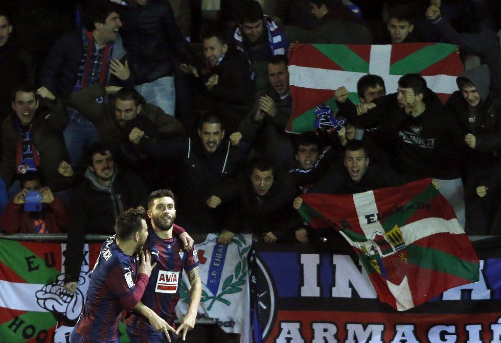 Borja Bastón celebra un gol al Espanyol.