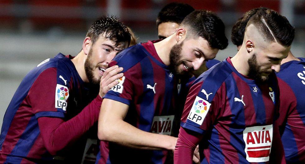 Bastón celebra con sus compañeros un gol al Granada