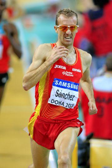 Sergio Sánchez, camino de la medalla de plata en los 3.000m del Mundial de Doha en pista cubierta, en 2010.rn