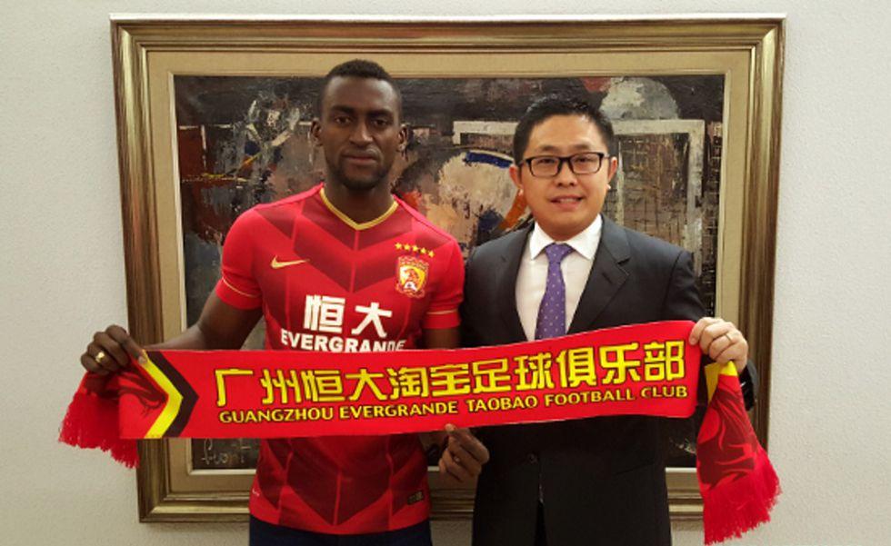 Jackson Martínez posa como nuevo jugador del Guangzhou.