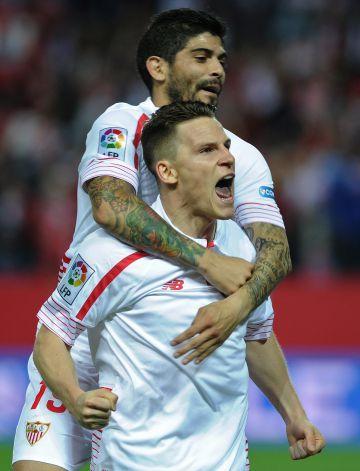 Gameiro y Banega celebran un gol.
