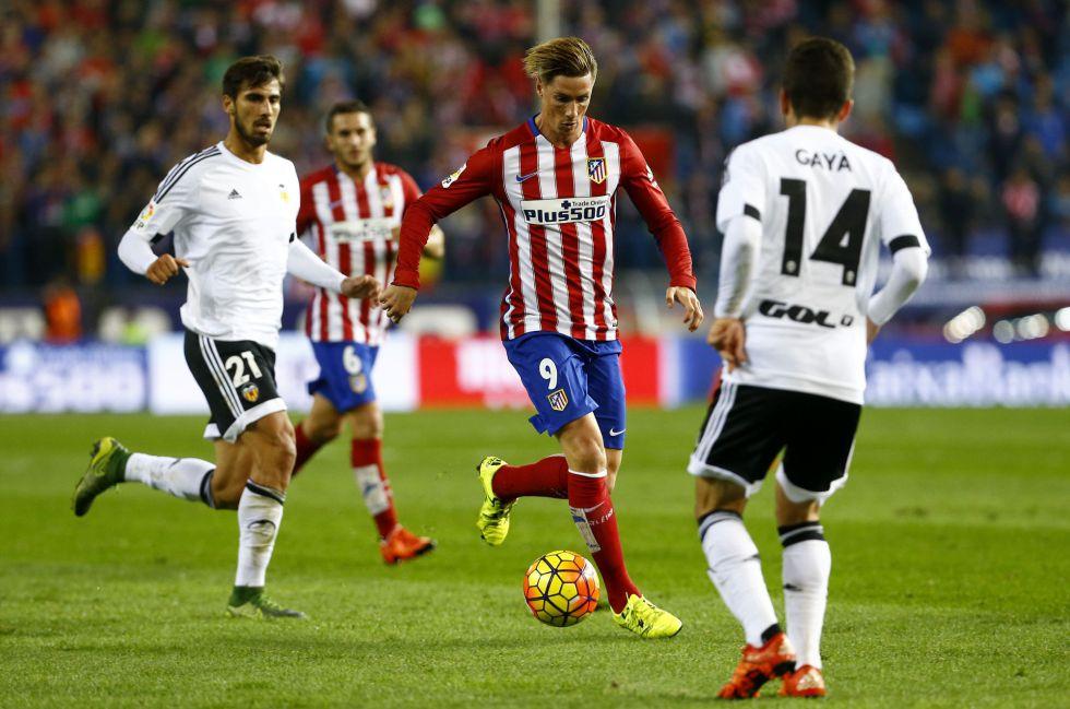 Torres encara a Gayà en el partido ante el Valencia.