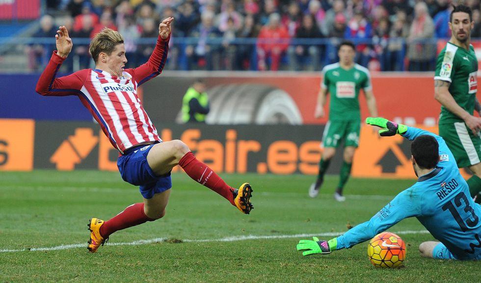 Torres bate a Riesgo en el tercer gol rojiblanco.