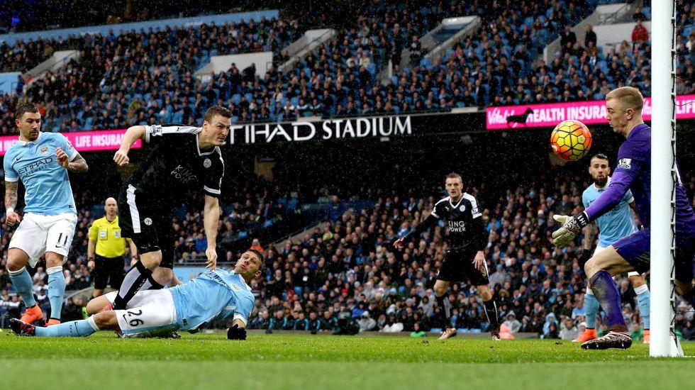 Huth, del Leicester, dispara para marcar.