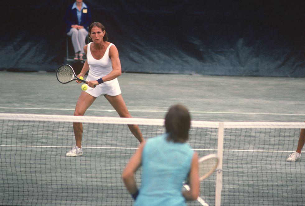 Renée Richards, tenista transexual, devuelve una pelota en la red durante el Open de Estados Unidos de 1977.