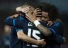 Marcelo se abraza a Benzema y Carvajal.