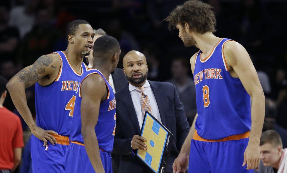 Derek Fisher habla con varios jugadores de los Knicks