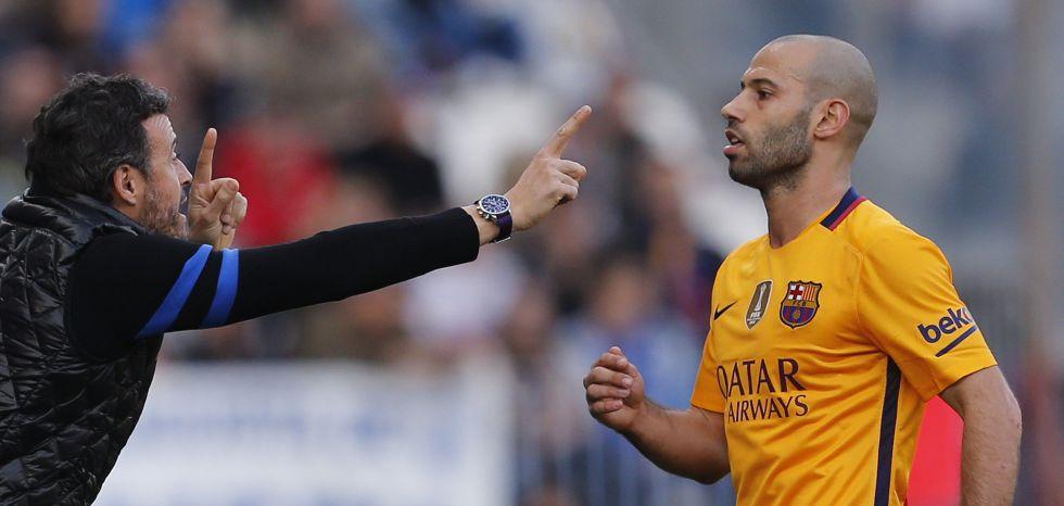 Luis Enrique da instrucciones a Mascherano en un partido.