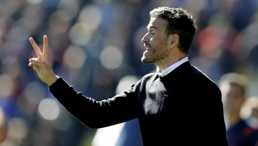 Luis Enrique da instrucciones al equipo en un partido.