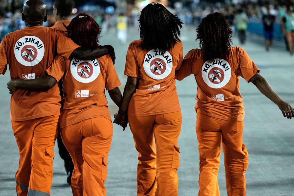 Trabajadores de la limpieza de Río desfilan por el Sambódromo con mensajes contra el Zika el Martes de Carnaval