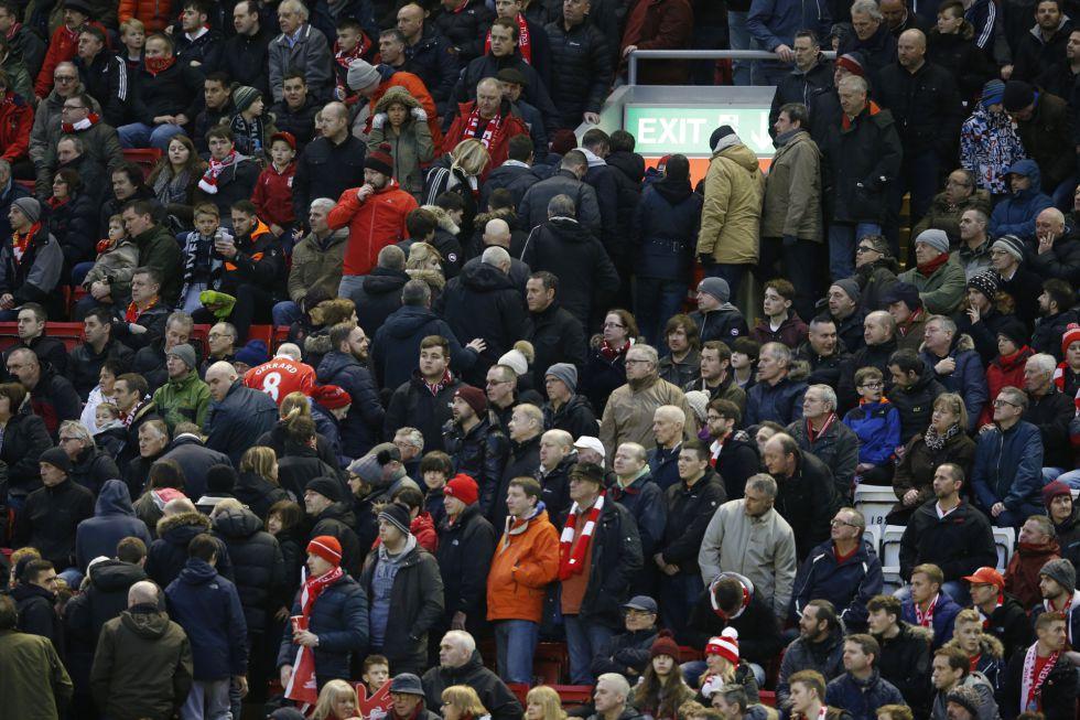 Aficionados del Liverpool abandonan Anfield en protesta por el alto precio de las entradas.