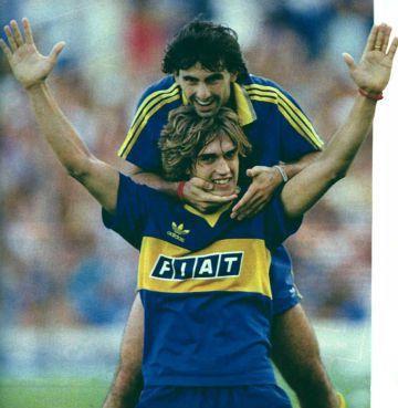 Diego Latorre (arriba) celebra un gol con Batitusta, en Boca Juniors